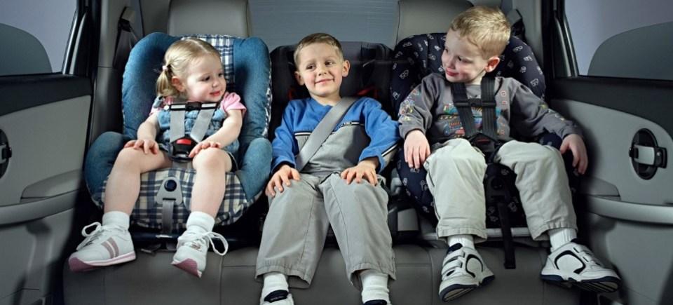 Пристегнутый ребенок в автомобиле