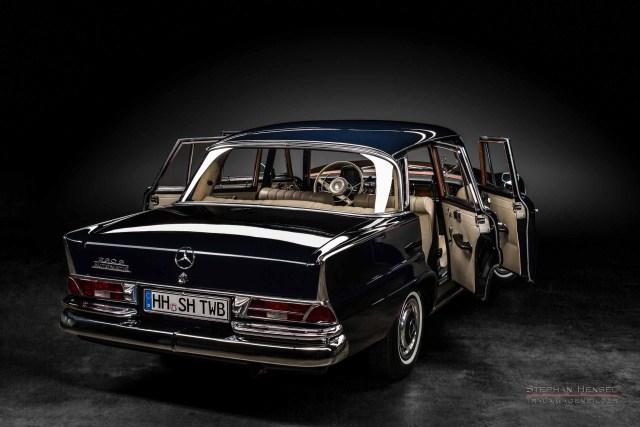 Mercedes-Benz 230 S, Seitenansicht schräg hinten im Studio, Autofotograf: Stephan Hensel, Hamburg