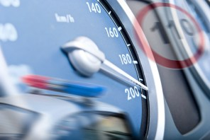 Как влияет превышение скорости на 5 км/ч на разницу при ударе?