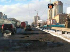 Фото дня: На Индустриальном мосту в Киеве установили цифровой спидометр