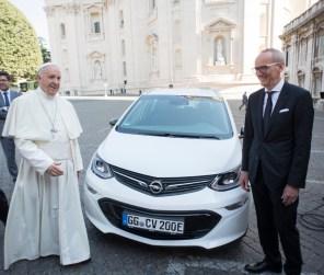 Папа Римский пересел на немецкий электромобиль