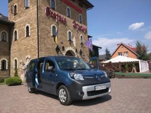 Козаки, священник и электромобили: платформа Go-ToU установила юбилейную 100-ю электрозаправку