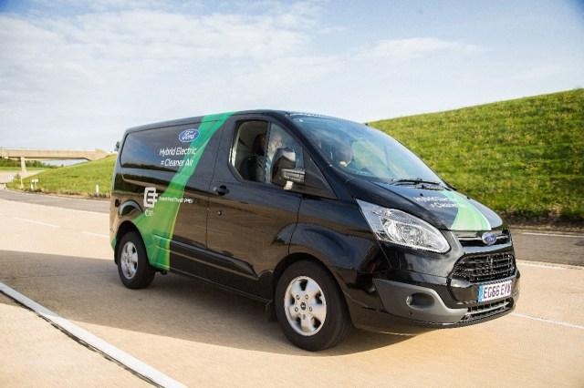 Ford представил подзаряжаемый гибридный фургон с возможностью отключать ДВС в центре города
