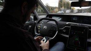 Французских водителей будут штрафовать за разговоры по телефону даже за рулем припаркованного автомобиля