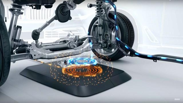 BMW выпустит летом беспроводную зарядку для электромобилей
