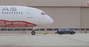 Видео дня: Tesla Model X перетащила 126-тонный Boeing