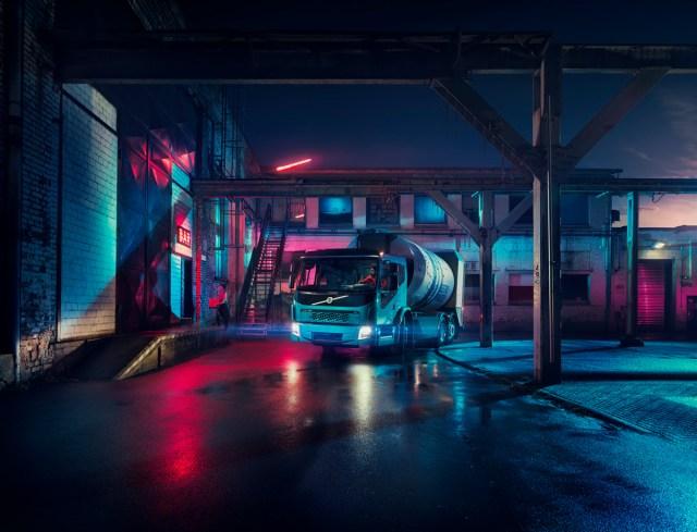 Не прошло и месяца: Volvo Trucks представили второй электрогрузовик