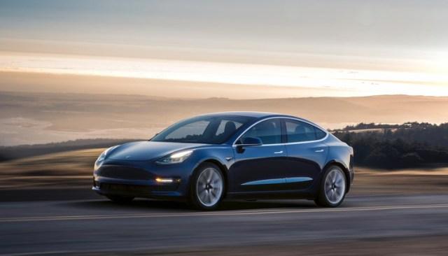 Полный привод и 100 км/ч за 3,5 секунды: Илон Маск раскрыл характеристики топовой Model 3