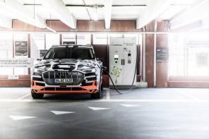 Три дисплея и виртуальные камеры: Audi показали интерьер электрокросовера e-tron