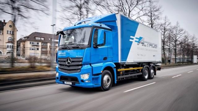 Видео дня: Mercedes впервые показал свой электрический грузовик в деле