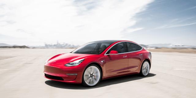 Не выдержали конкуренции: Tesla внезапно представила бюджетную версию Model 3