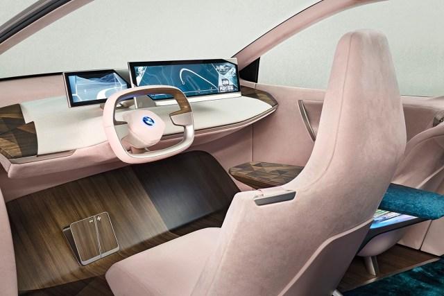 Два монитора и журнальный столик: BMWудивила футуристическим дизайном электрокроссовера iNext