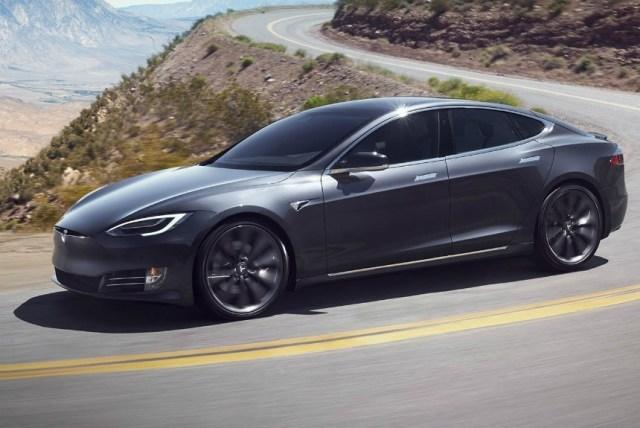Полиция против автопилота Tesla: электромобиль вез пьяного спящего водителя и уходил от погони