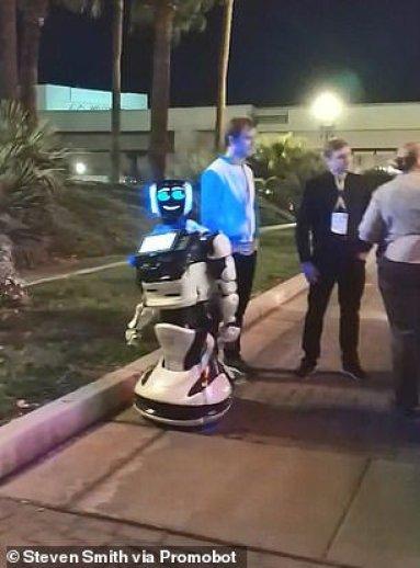 Видео дня: Автопилот Tesla наехал на российского робота в Лас-Вегасе