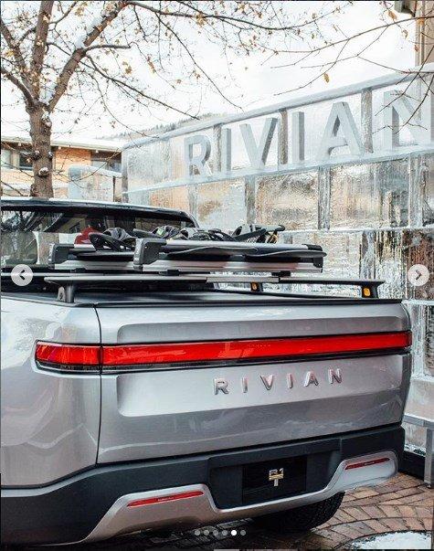 Самый крутой электропикап Rivian R1T выехал на американские дороги