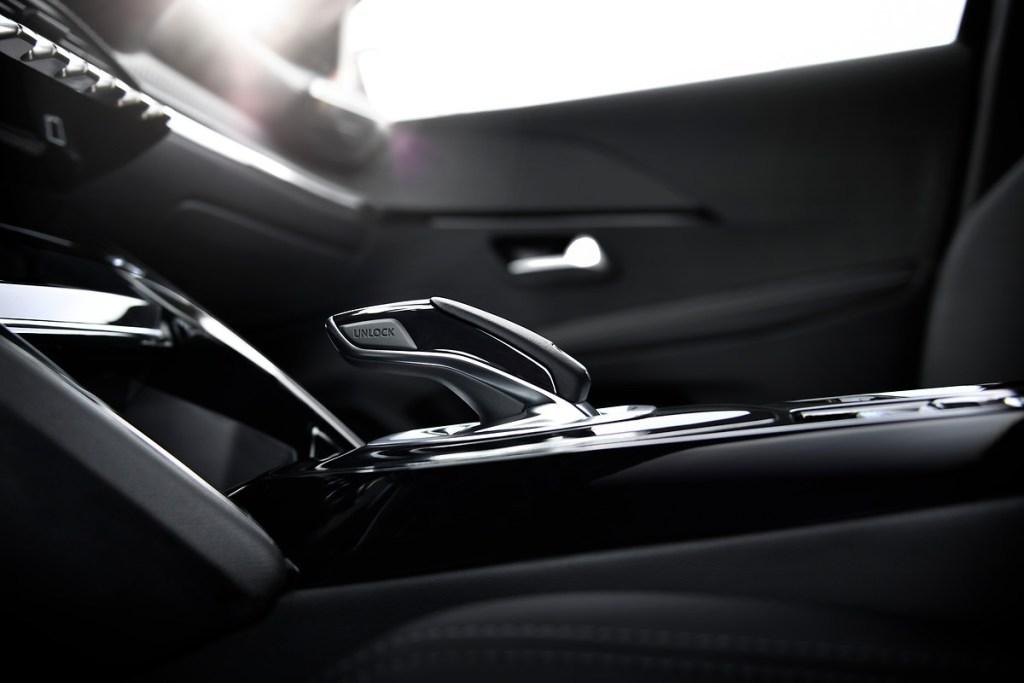 Французы официально представили электромобиль Peugeot e-208: все характеристики и фото