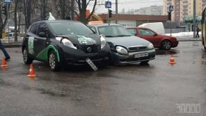 """В Черкассах столкнулись """"будущее"""" и """"прошлое"""" автопрома: Nissan Leaf VS Daewoo Lanos"""