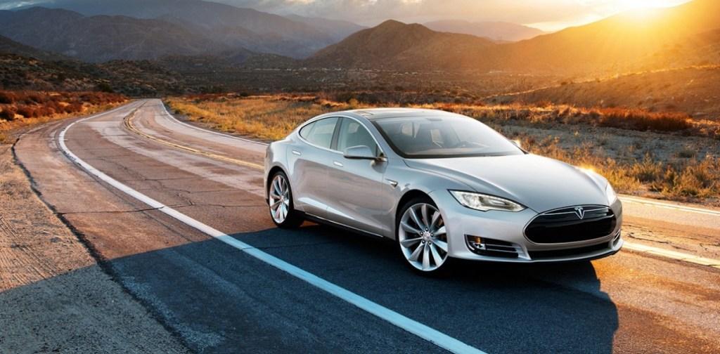 Владелец Tesla оригинально ответил  водителям грузовиков, заблокировавших электромобиль