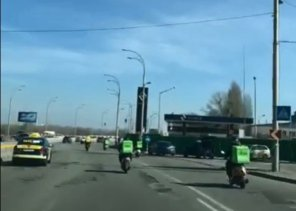 Видео дня: Курьеры Glovo! и UberEats устроили гонки на скутерах в Киеве