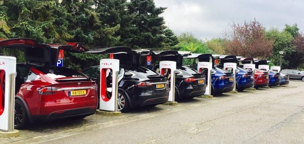 """Tesla запретила электромобилям заряжаться """"до полного бака"""" на станциях Supercharger"""