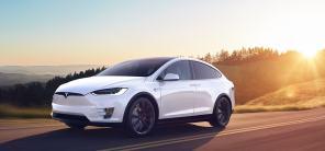 """Казус дня: Tesla Model X """"встала на рельсы"""" против своей воли"""