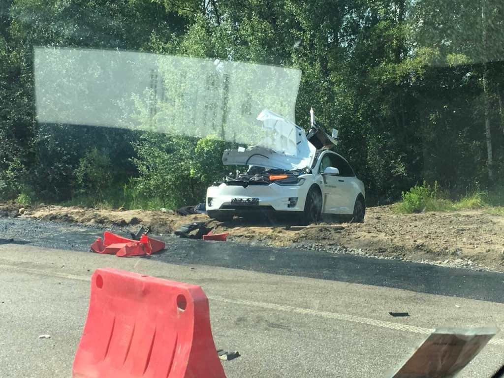 На трассе Житомир-Киев электромобиль Tesla Model X влетел под грузовик