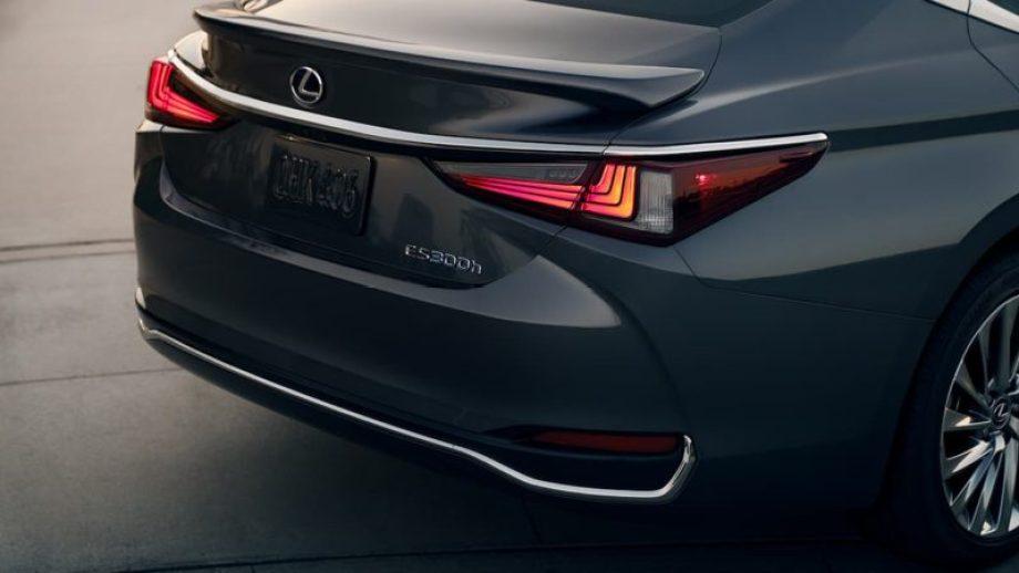 レクサス車の特徴でもある3つのL字型を重ねたデザインをしているリアコンビネーションランプ