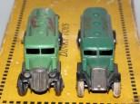 Les deux variantes de calandres : à gauche moulée et à droite en tôle