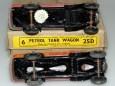 Les deux chassis. Celui ajouré issus de l'avant guerre et celui plein. (on appréciera l'étiquette de prix : deux Schillings six pences)