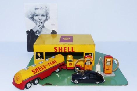 """Tekno garage"""" Shell"""" et véhicules Tekno avec Marilyn Monroe supervisant la bonne marche de la station service """"Shell"""""""