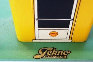 logo Tekno apposé sur le socle de la station