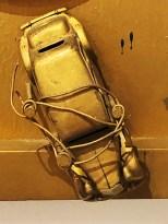 """Niki de Saint Phalle """"tir à la raquette-séance galerie J.1961"""" avec Citroën 15cv Traction Avant Norev en or !"""