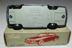 Solido Alfa Romeo 2600 (variante de phares moulés) et jantes en acier chromé