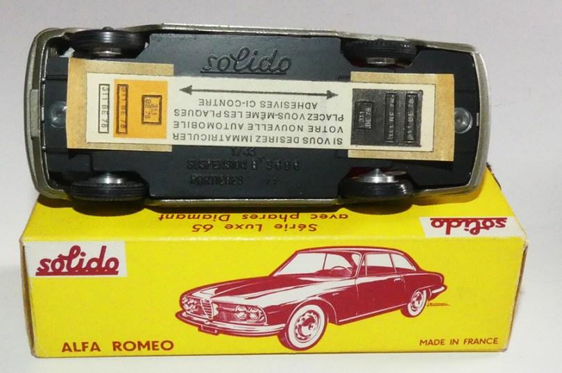 Solido Alfa Romeo 2600 (variante de phares: plastique transparent) et jantes en acier chromé