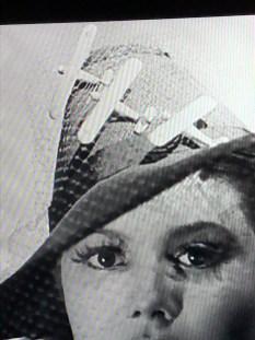 la mode en 1939 : elle n'avait peur de rien ! avec avions miniatures (Dinky Toys ?)