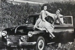 Fiat 1400 qu'est il en train de lui promettre?