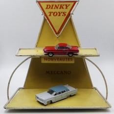 Dinky Toys : présentoir 1960 avec les nouveautés de l'année