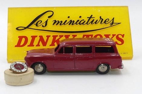 Dinky Toys : La Peugeot 403 familial rouge offerte aux visiteurs de l'usine en 1958 (voir page 404 du livre)