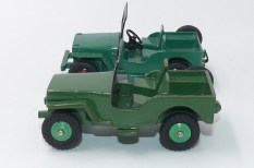 Dinky Toys prototype bois de la Willys jeep Universal et la version de série (on appréciera le treuil (série agricole)