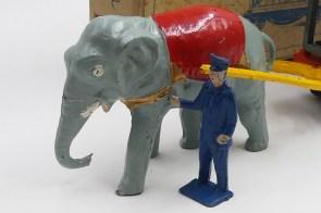 """Charbens l'éléphant tirant les deux gages du coffret """"the travelling zoo set"""""""