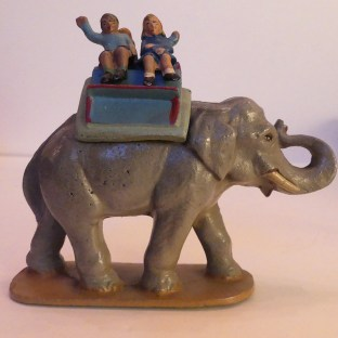 Quiralu éléphant en promenade au zoo