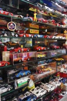 Vitrine avec miniatures de course ! classement par génération et par type de fabrication (industriel ou artisanal)