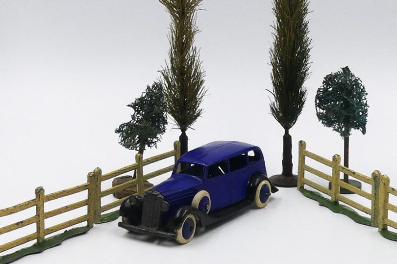 Dinky Toys Vauxhall série 30 d'avant guerre dans un cadre bucolique