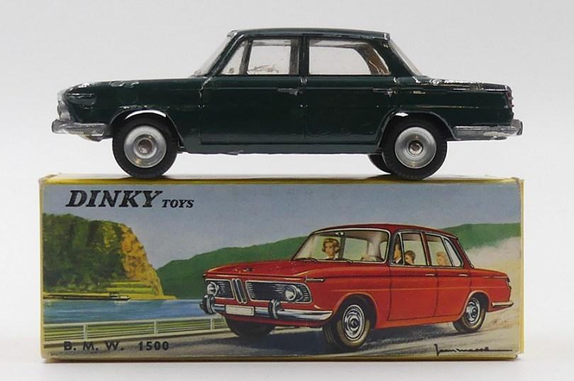 Dinky Toys France BMW 1500 modèle de pré-série dépourvu de gravure de capot et de montant vertical sur la portière arrière