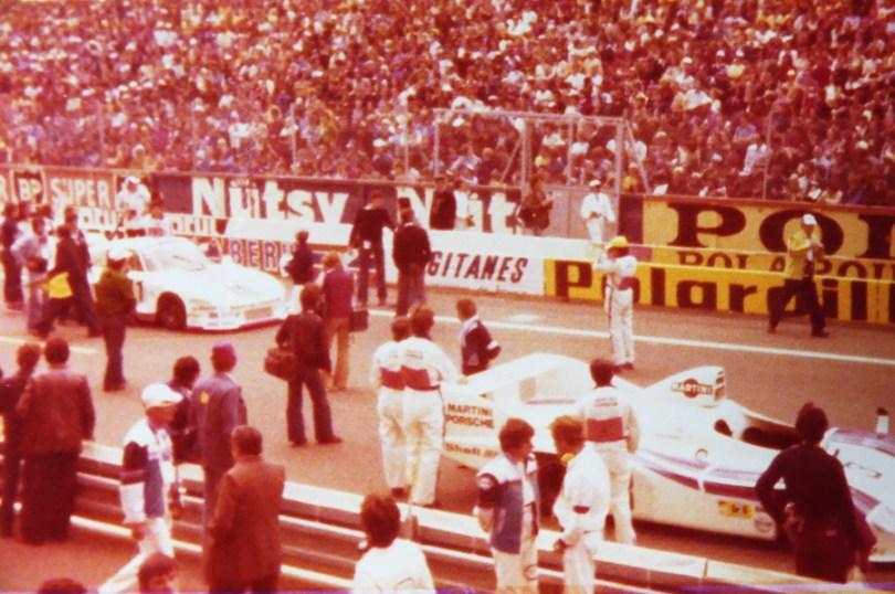 photo prise des stands BMW lors de l'édition 1977.. mise ne place de la grille de départ