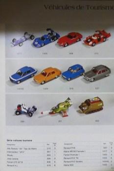 Dinky Toys Renault 4L bleue en photo dans le catalogue professionnel de 1975 (le modèle a perdu depuis sa plaque d'immatriculation en papier)