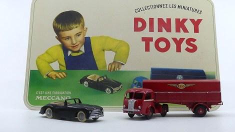 """Dinky Toys panneau en carton """"C'est ici que j'ai eu le mien"""" avec le prototype du Panhard Esso et Simca 8"""