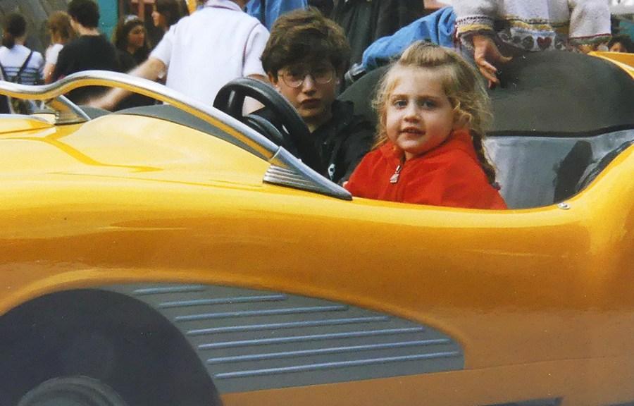 Adrien et Pénélope au volant de l'auto jaune