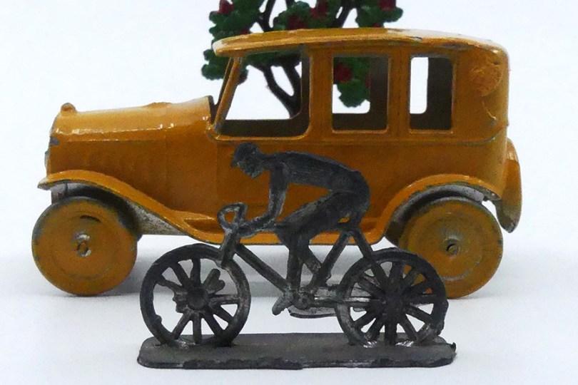 SR taxi identique au modèle commercialisé par Dowst (gravure France) qui a copié qui ? avec cycliste SR