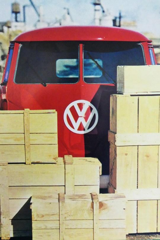 catalogue publicitaire Volkswagen : un Kombi et son chargement...je ne sais si tout rentrera !